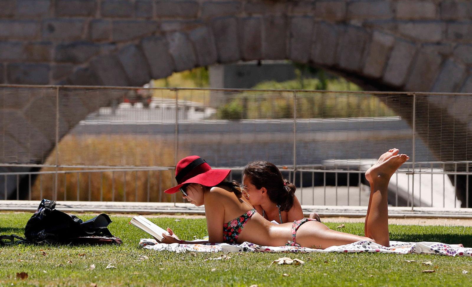 В Рио люди загорают не только на пляжах