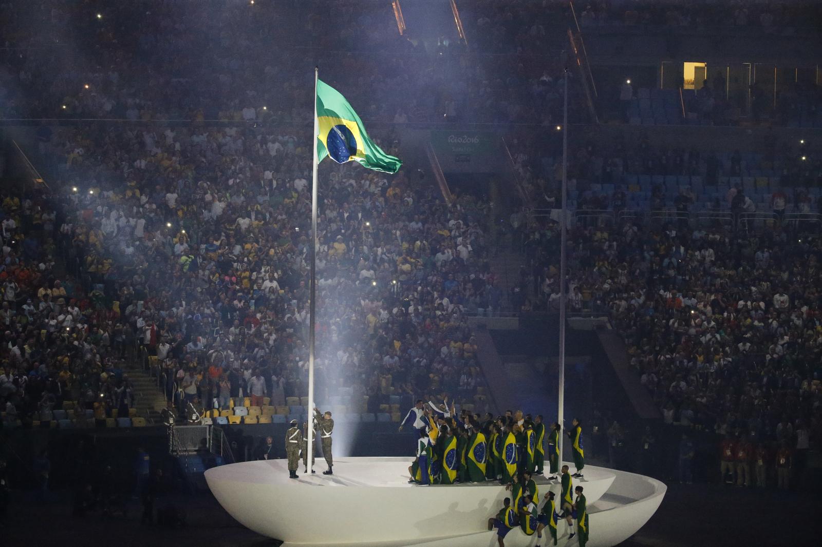 Поднятие бразильского флага на импровизированном корабле во время церемонии открытия летних олимпийских игр