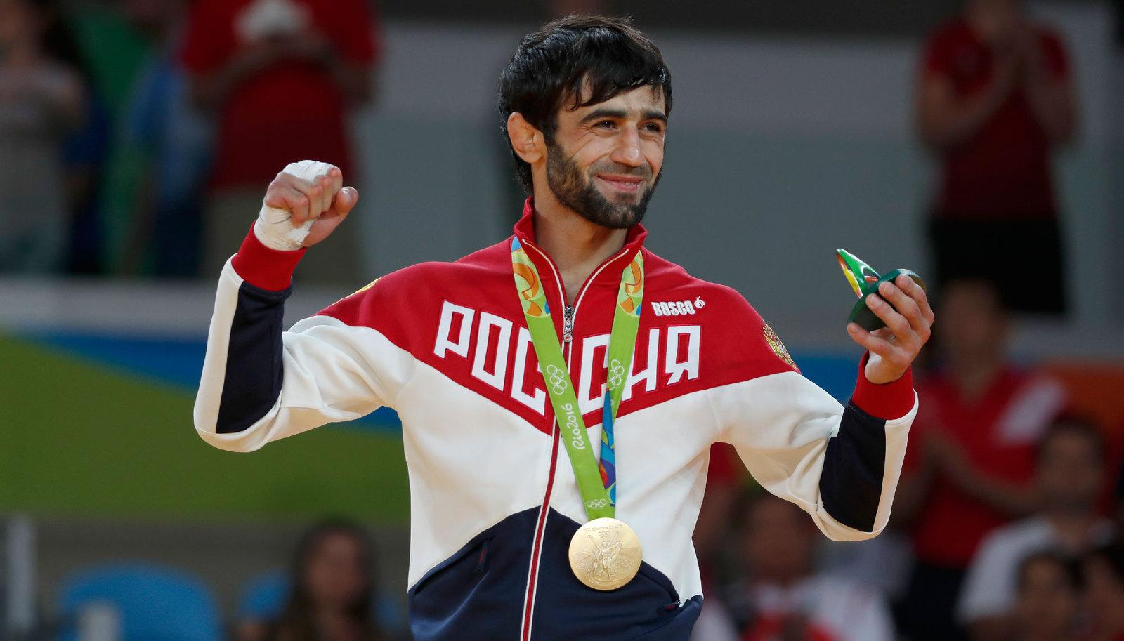 Российский дзюдоист Беслан Мудранов с золотой медалью на груди