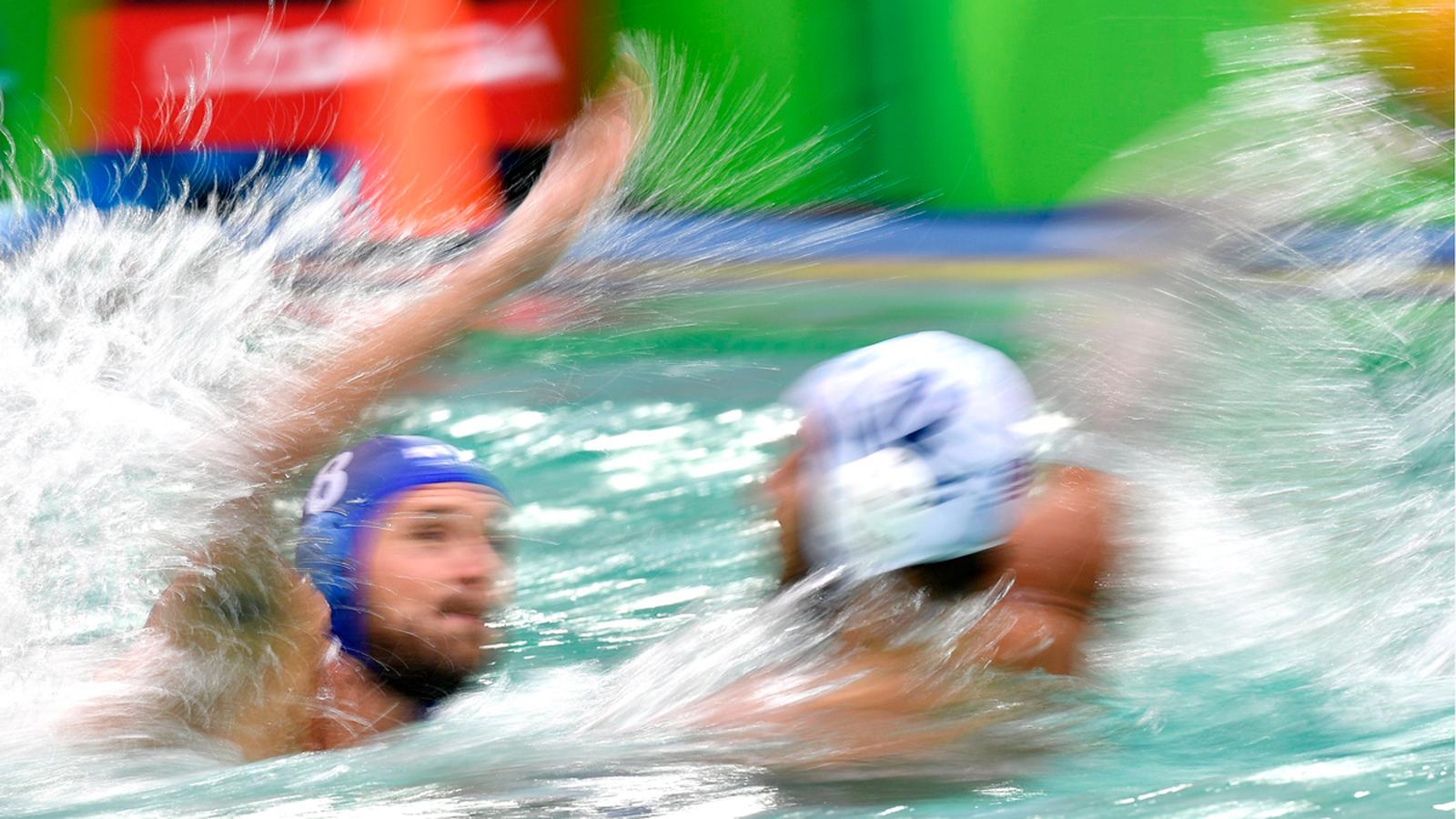Эпизод ватерпольного матча между спортсменами Греции и Венгрии