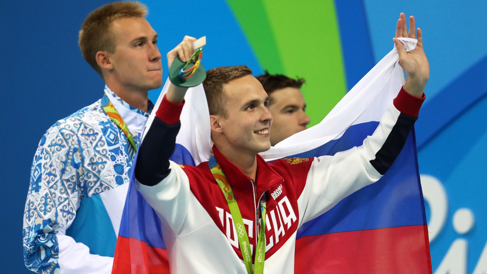 Пловец Антон Чупков во время церемонии награждения в олимпийском бассейне Рио-де-Жанейро