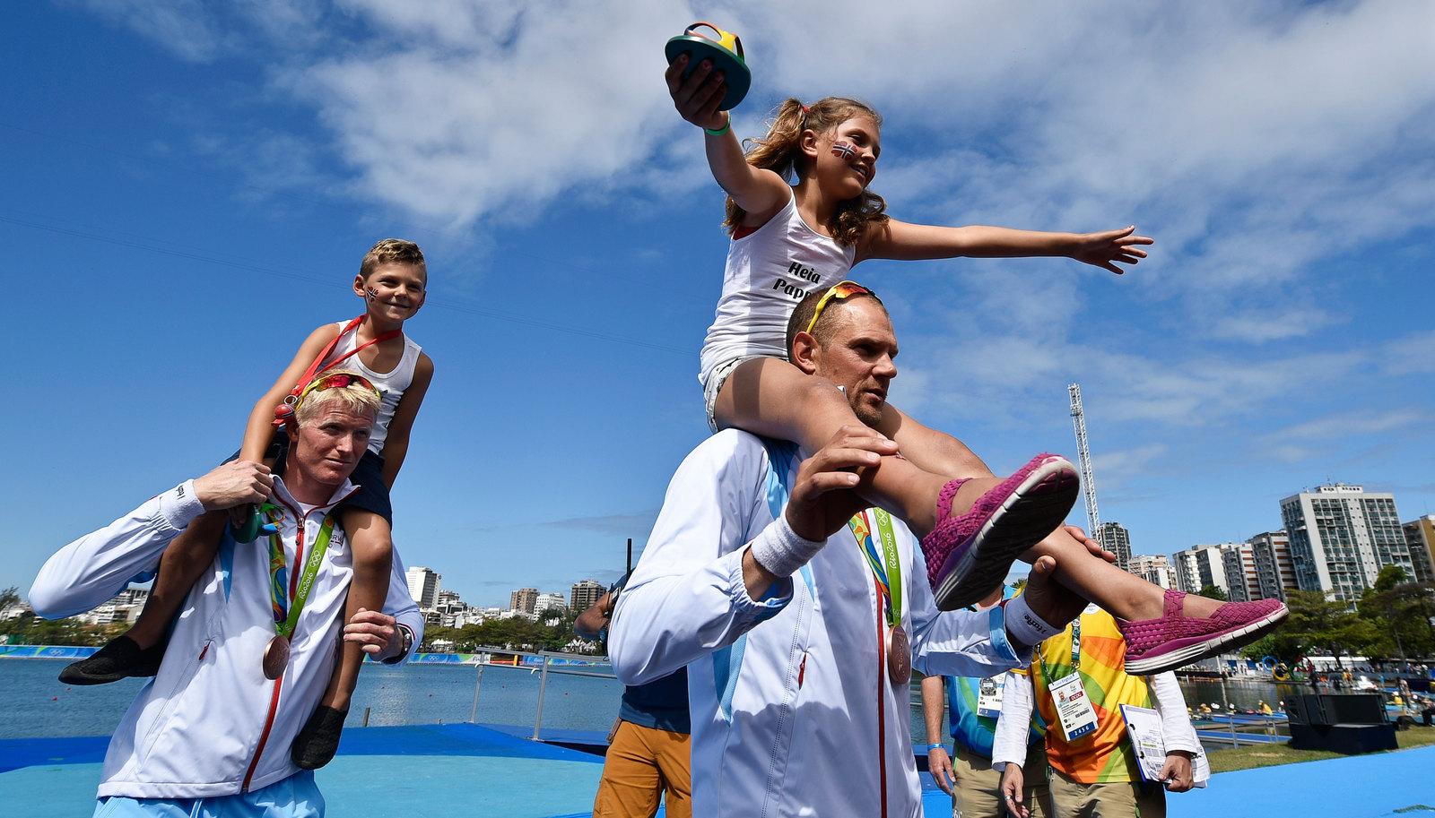 Бронзовые призеры из Норвегии в гребном слаломе со своими детьми на награждении