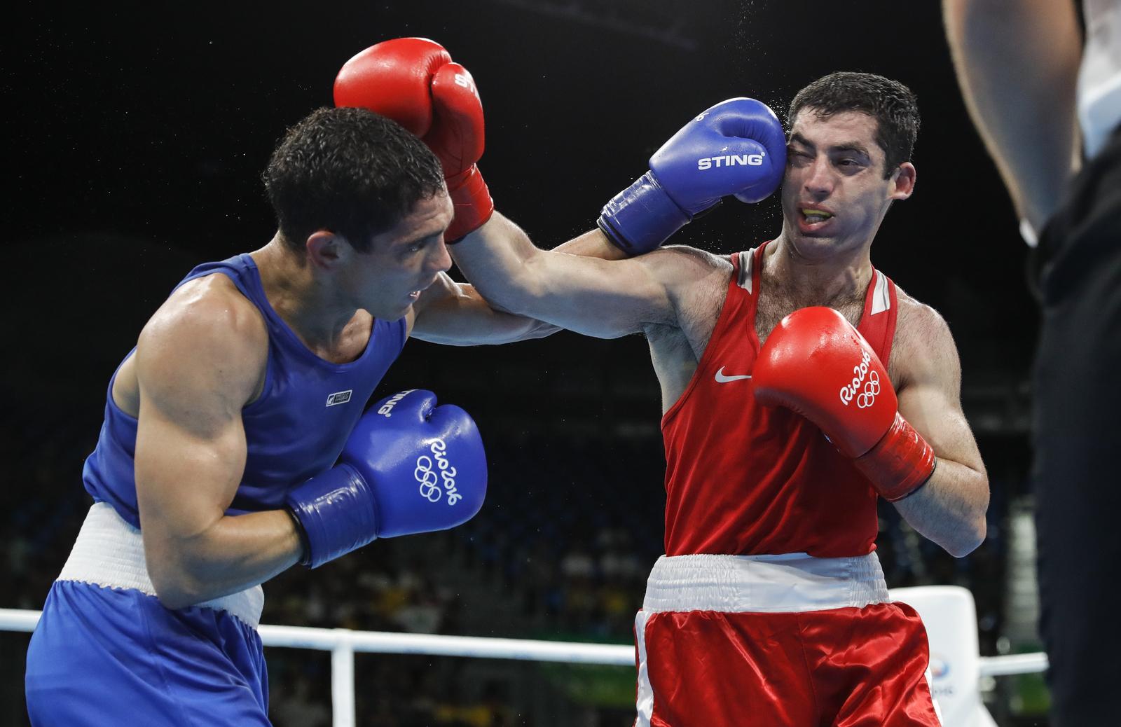 Миша Алоян (в красном) пробился в полуфинал боксерского турнира