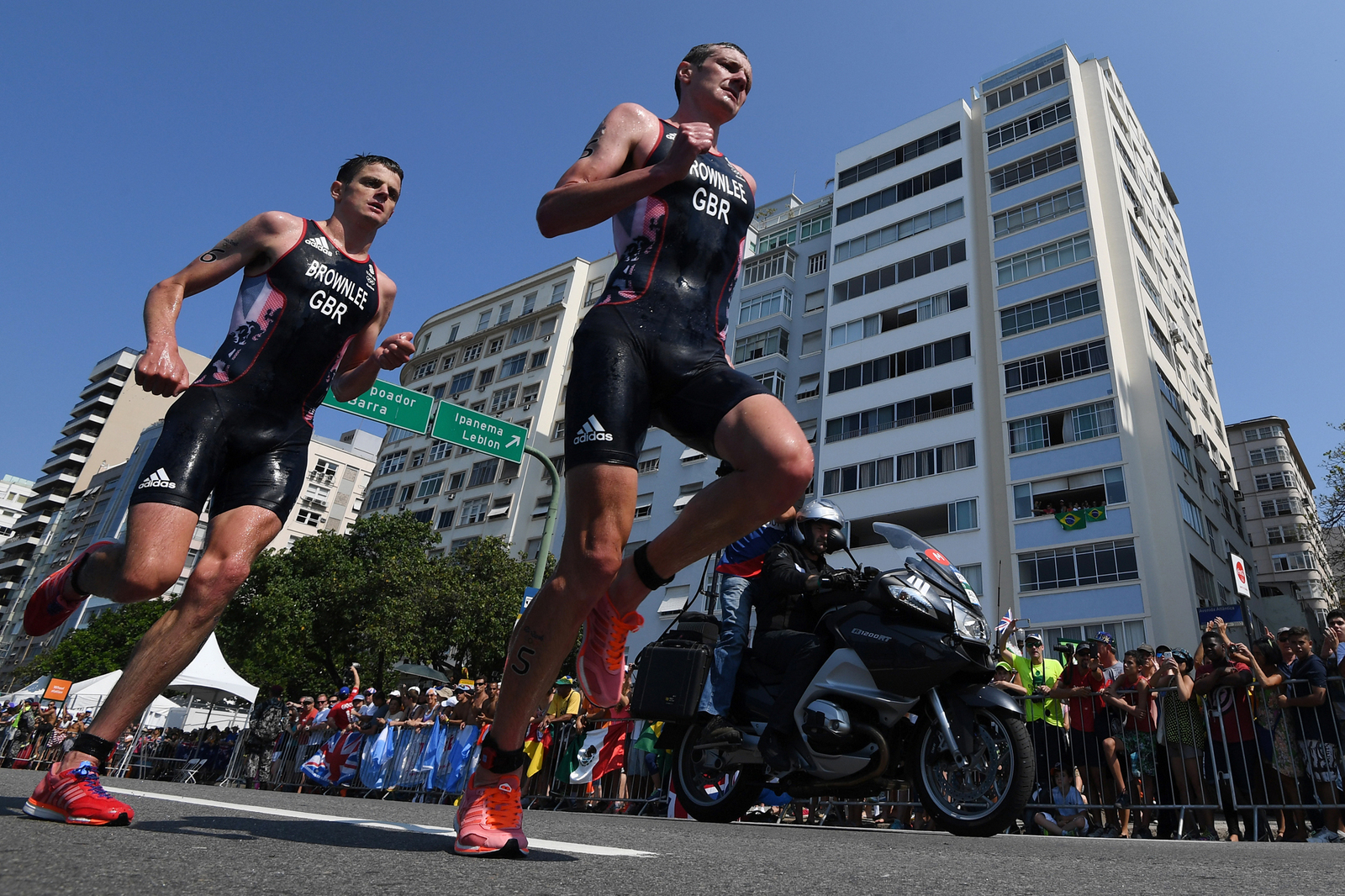Британские триатлонисты братья Алистер заняли первое и второе место в беге
