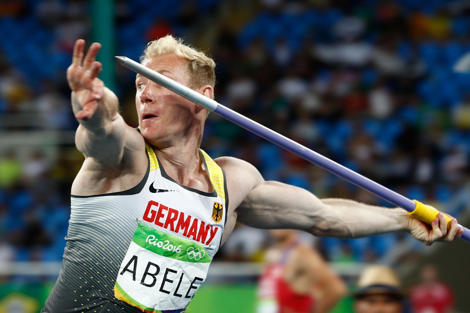 Немецкий атлет Артур Абель запускает копье