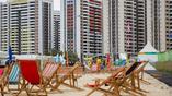 В олимпийской деревне оборудована специальная зона отдыха с шезлонгами и песком
