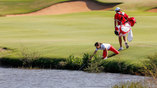 Швейцарские гольфисты вылавливают мяч из пруда после тренировки