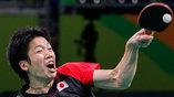 Японец Юн Мизутани отбивает подачу соперника