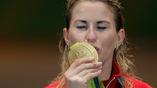Российская фехтовальщица Инна Дериглазова с золотой олимпийской медалью