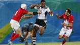 Эпизод финального матча по регби-7 между сборными Фиджи (в белой форме) и Великобритании