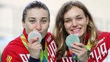 Вице-чемпионы в командном спринте на велодроме - россиянки Дарья Шмелева (слева) и Анастасия Войнова