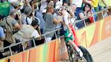 Итальянская велосипедистка Элия Вивиани разделяет радость от победы с членами семьи