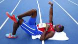 Кубинский легкоатлет Лионель Суарес отдыхает между попытками на олимпийских соревнованиях по толканию ядра