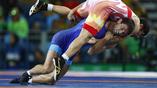 Полуфинальная схватка Ихтийора Наврузова (в красном) из Узбекистана и россиянина Сослана Рамонова