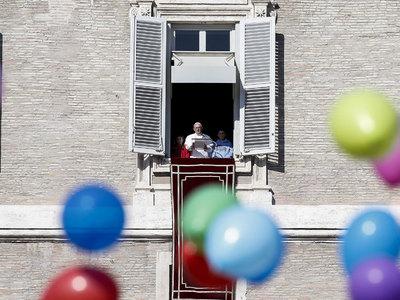 папа франциск детьми запустил шарики мира