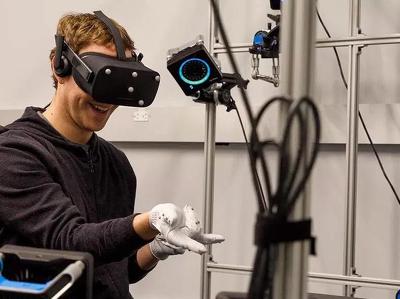 марк цукерберг показал перчатки набора текста виртуальной реальности