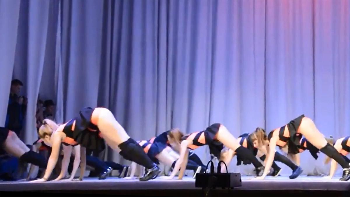 Танец в эротическом наряде 11 фотография