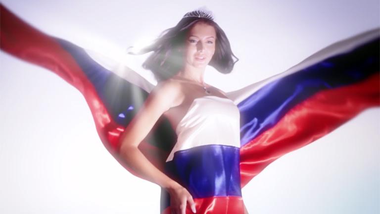 Девушка в платье из флага россии