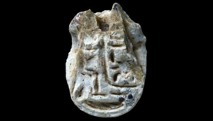 Надпись на амулете, посвящённом фараону Тутмосу III