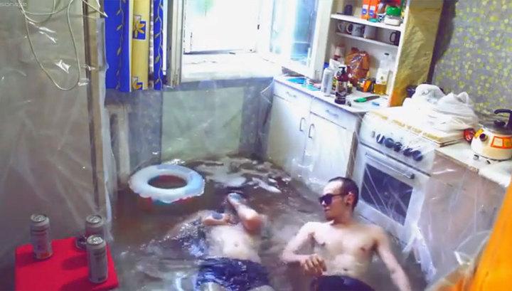 Блогер из Твери навлек на себя гнев соседей из-за бассейна на кухне хрущевки