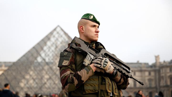 Военные застрелили мужчину, напавшего на них в парижском аэропорту