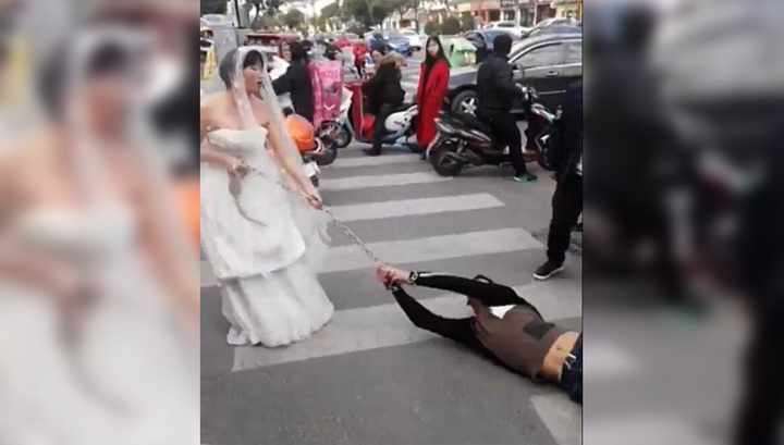 Девчонки сикают на свадьбе на улице фото 237-217