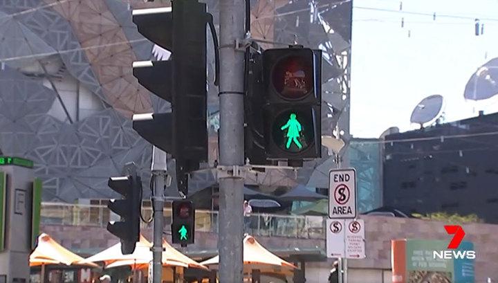 На светофорах установили зеленых женщин
