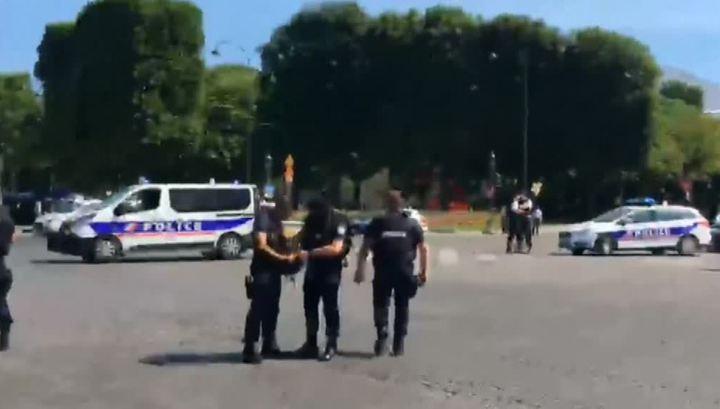 Автомобиль протаранил фургон жандармерии на Елисейских полях