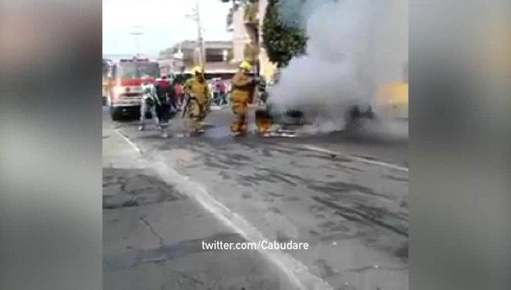 В Венесуэле внедорожник протаранил баррикады демонстрантов, есть раненые