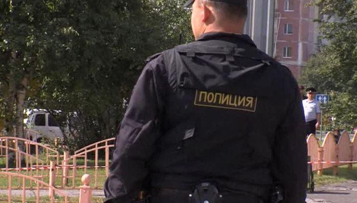 На севере Москвы полиция ведет беседу с вооруженным мужчиной