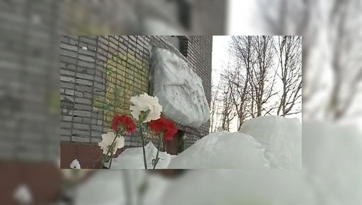 Фото упавшая с крыши льдина обрушила козырек дома в Архангельске