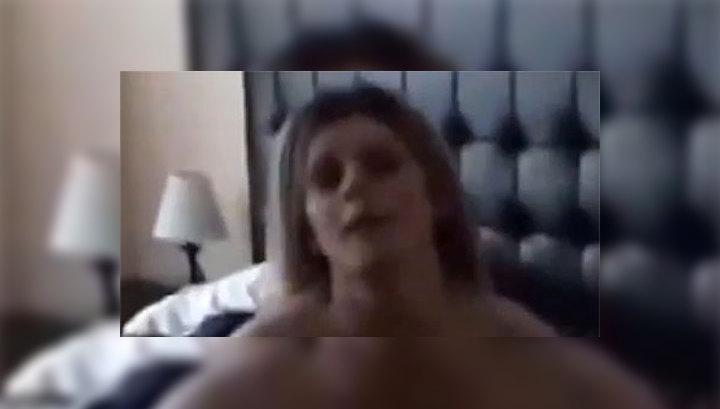 жена дома муж снимает на камеру