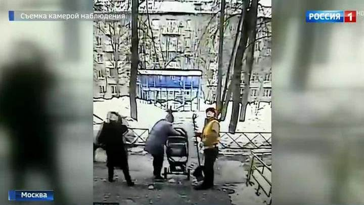Глыба льда рухнула на коляску с младенцем. Видео