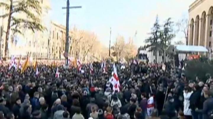 "Защитники ""Рустави-2"" собрались у грузинского парламента"