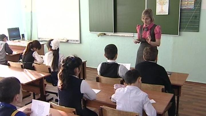 смотреть как пьяные девки пристают в школе к ученикам
