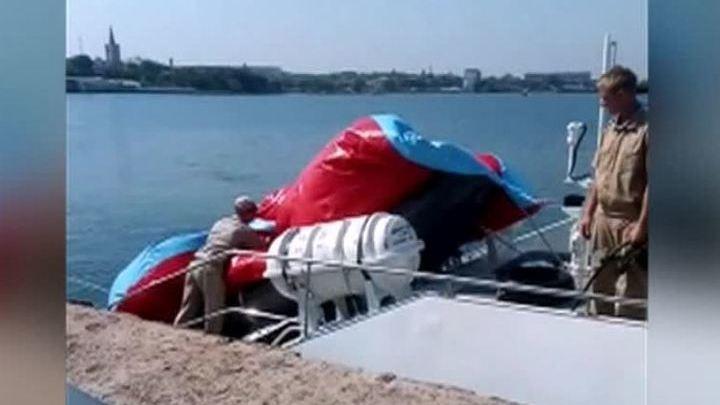 в черном море лодка плывет