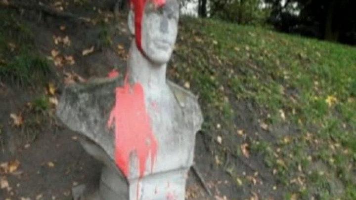Скульптура солдат насилующий беременную