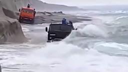 Посмотрите, как КамАЗы бороздят морские просторы в шторм (леденящее душу видео!)