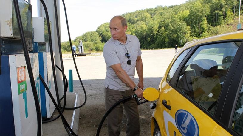 Владимир Путин допускает возможность снижения цен на бензин