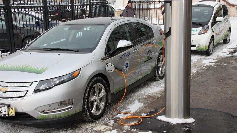 В России хотят запретить парковку автомобилей рядом с электрокарами