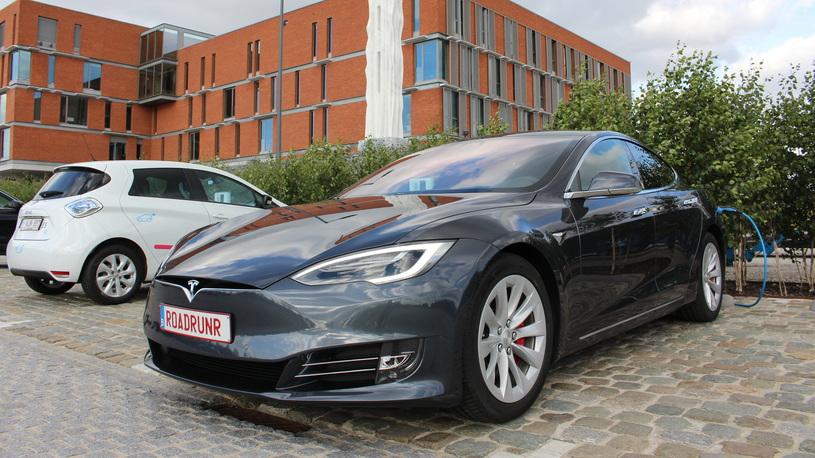 Новый мировой рекорд: электромобиль Tesla проехал 900 км на одной зарядке