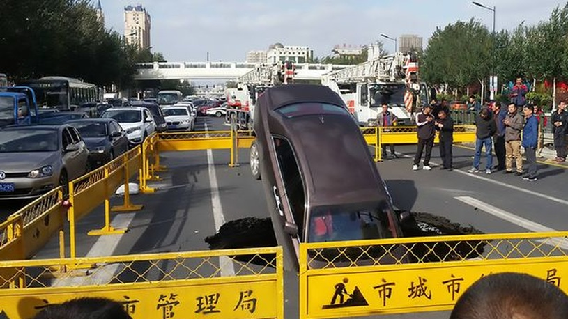 В Китае Rolls-Royce провалился под землю прямо на ходу