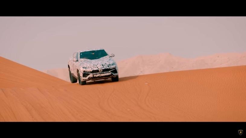 Новейший кроссовер от Lamborghini показал себя в песчаных дюнах