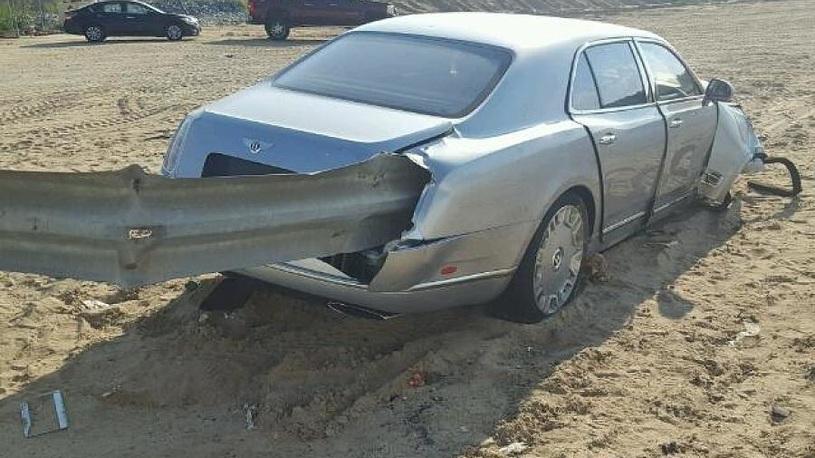 Богатые тоже бьются: роскошный Bentley проткнули как шашлык!