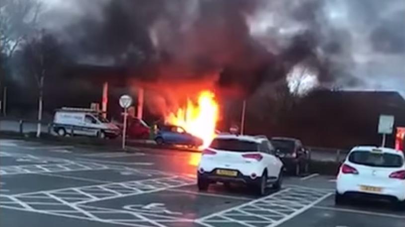 Британка случайно залила бензин не в то отверстие и взорвала автомобиль (видео)