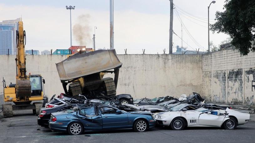 Отмечая день рождения, таможенники уничтожили десятки автомобилей
