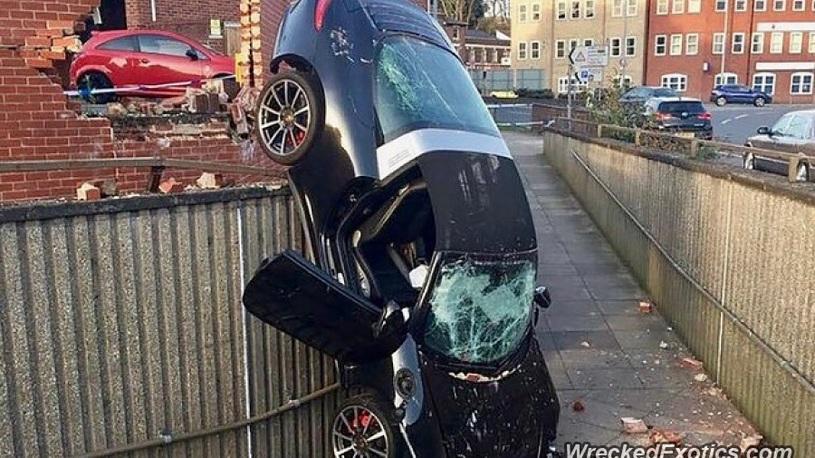 Богатые тоже бьются: пенсионер на Porsche рухнул в пешеходный переход