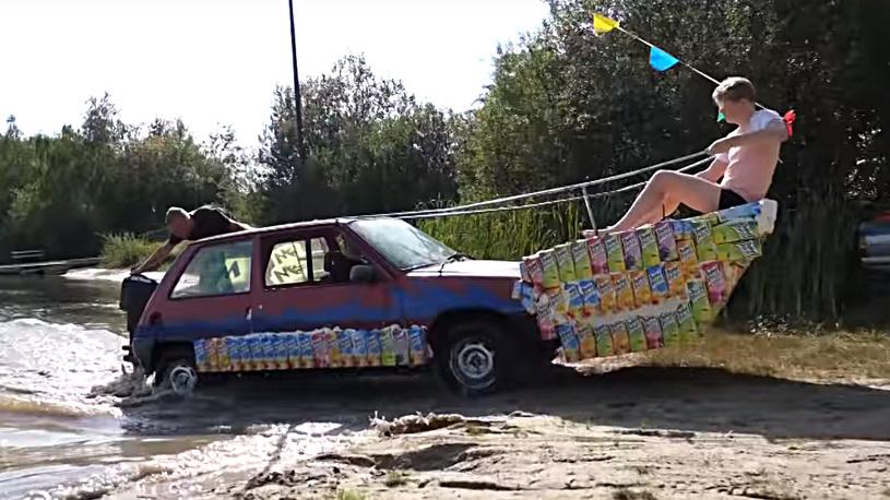 Блогеры сделали дешевую амфибию из старого Renault и пакетов сока (видео)