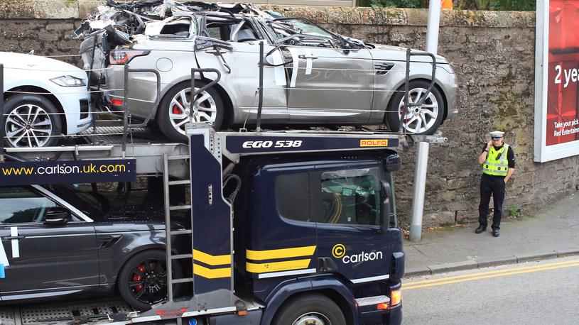 Мост глупости в Великобритании: водитель автовоза снес крышу