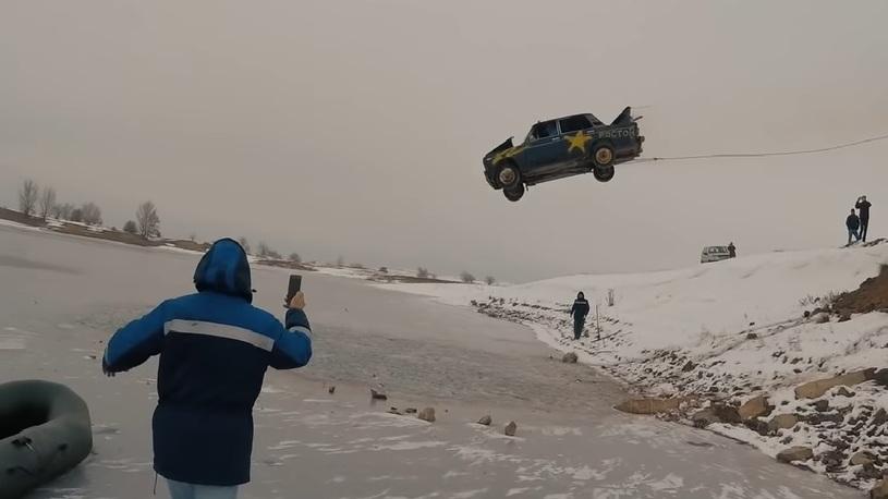 Ростовчанин прыгнул в замерзшее озеро на горящей машине